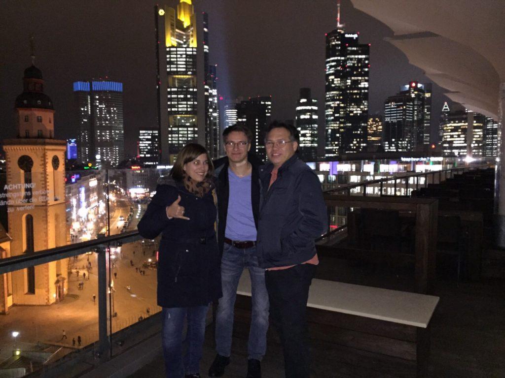 Meine Freunde und ich vor der Skyline