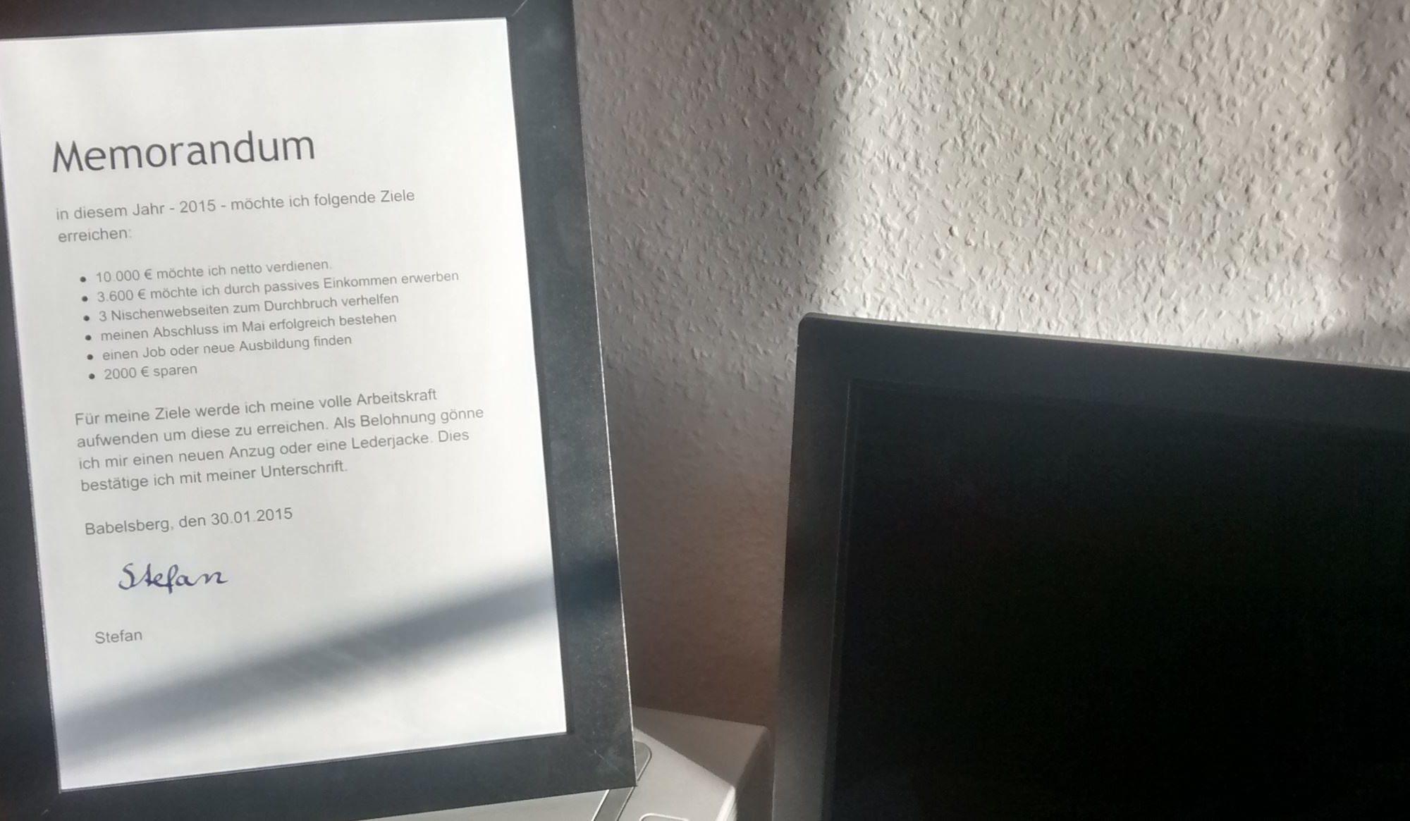 Neben meinem Bildschirm steht mein Memorandum