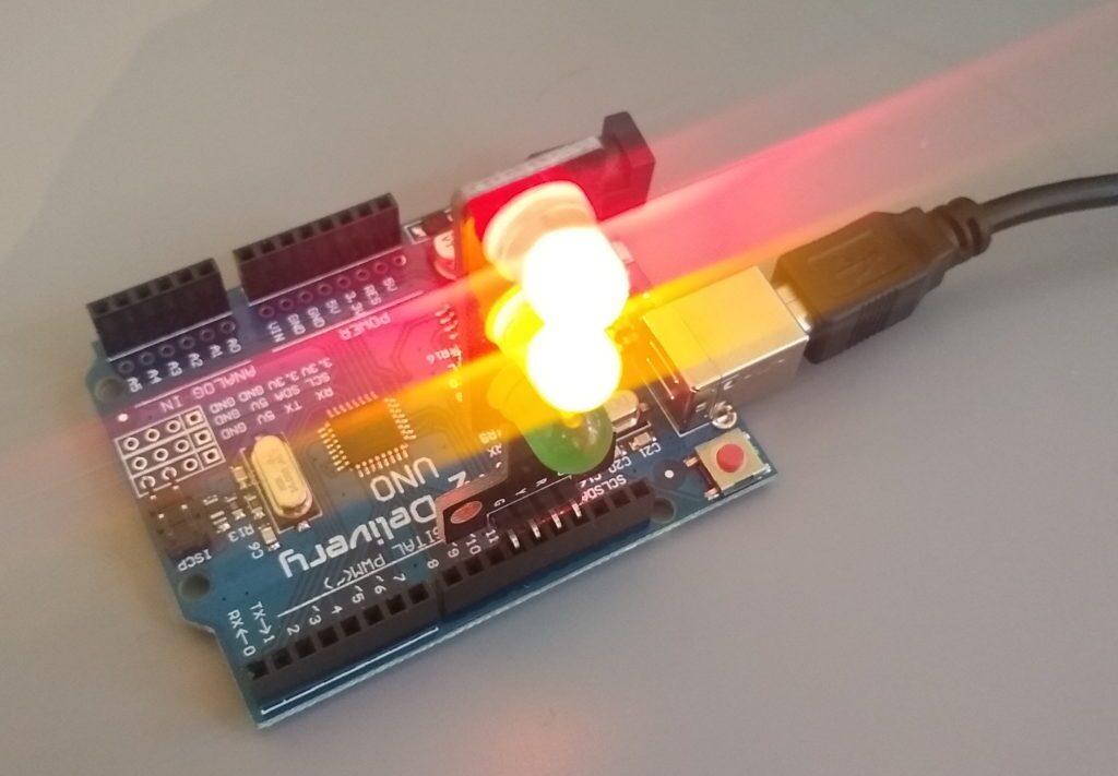 Die LED-Ampel ist auf dem Arduino-Board aufgesteckt.
